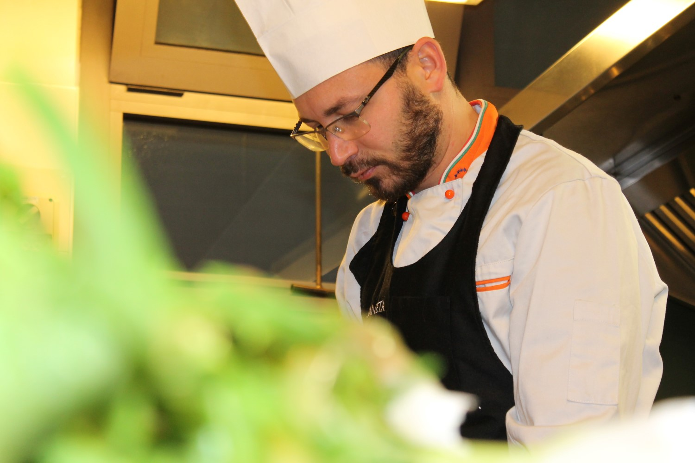 Lo chef del Ristorante Marlin Caffè di Saronno concentrato in una delle sue creazioni