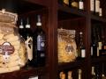 La collezioni di vini e paste di qualità in esposizione nel nostro ristorante di Saronno