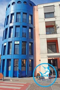 Veduta esterna del Ristorante Marlin Caffè a Saronno con vetrate blu mare e porta d'ingresso