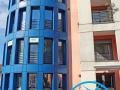 L'esterno, con vetrate blu mare e l'ingresso, del Ristorante Marlin Caffè di Saronno