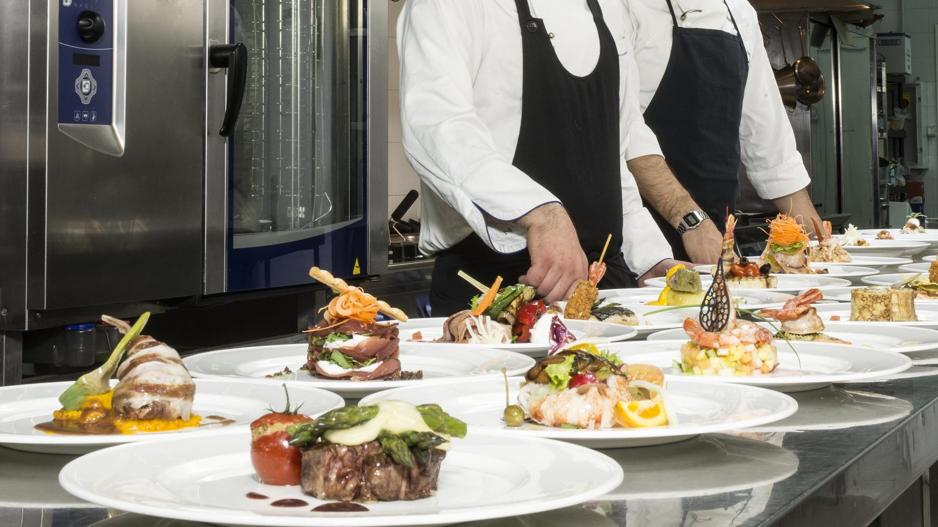 Serie di piatti con le creazioni degli Chef del Ristorante Marlin Caffè di Saronno in attesa di essere portati in sala